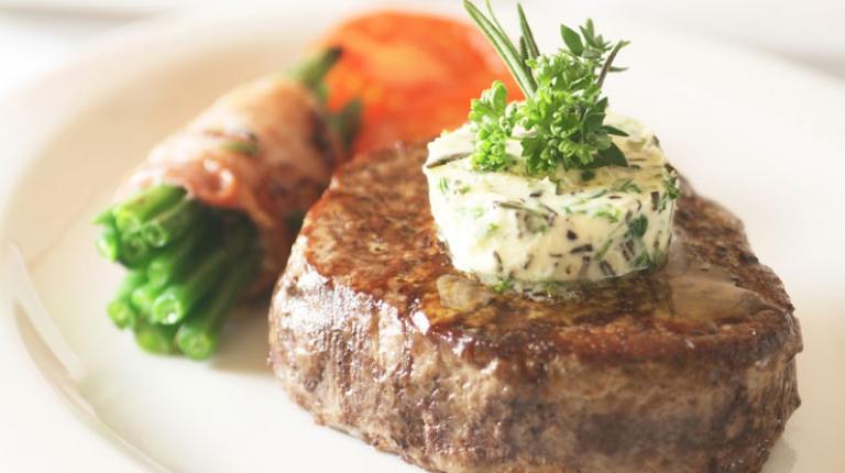Haben Sie schon ein bayerisches Rindersteak mit Speckbohnen und Kräuterbutter probiert?