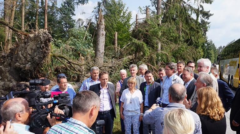 Ministerpräsident Seehofer und Bauernpräsident  Heidl haben sich mit Minister Brunner, CSU-Generalsekretär Scheuer, BBV-Kreisobmann Koller im Landkreis Passau ein Bild von den Schäden verschafft und mit Betroffenen gesprochen.