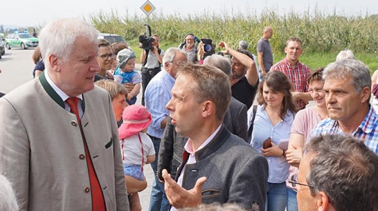 Hans Koller, betroffener Waldbesitzer und BBV-Kreisobmann im Landkreis Passau, im Gespräch mit Ministerpräsident Horst Seehofer.