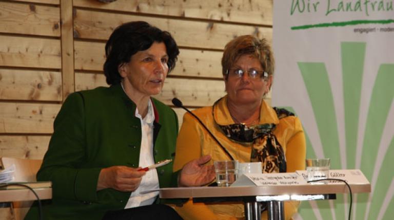 Die Abgeordnete im Südtiroler Landtag und ehemalige Südtiroler Landesbäuerin Maria Hochgruber Kuenzer und Landesbäuerin Anneliese Göller (l.).