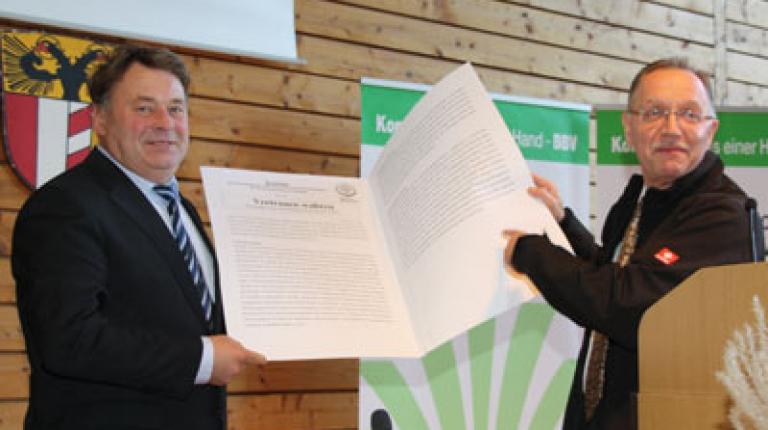 Richtig zu packen für die Bauernfamilien: Präsident Gerd Sonnleitner überreichte Landwirtschaftminister Helmut Brunner die Resolution anlässlich der Haushaltsberatungen in Bayern.
