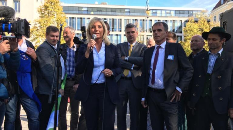 Bayerns Umweltministerin Ulrike Scharf, derzeit EUSALP-Vorsitzende, nimmt das gemeinsame Positionspapier entgegen.