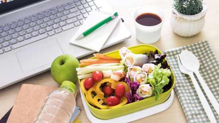 Für die kleinen Zwischenmahlzeiten am Vormittag oder Nachmittag eignen sich z. B. Obst, Gemüse und Joghurt.
