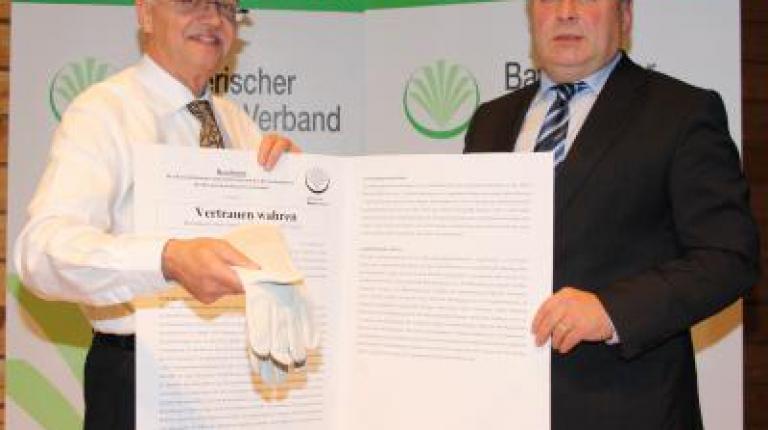 Bauernpräsident Sonnleitner überreicht die Resolution an Minister Brunner