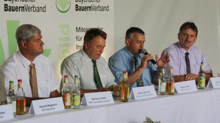 BBV-Getreidepräsident Greif, Landwirtschaftsminister Brunner, BBV-Präsident Heidl und BBV-Vizepräsident Felßner beim Erntepressegespräch in Puschendorf.
