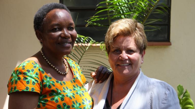Daphne Muchai, die Gründerin der Women Farmer Association of Kenya (WoFaAK) im Austausch mit Landesbäuerin Anneliese Göller.