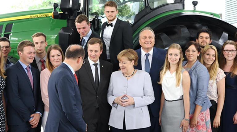 Die Bundessieger des Berufswettbewerbs gemeinsam mit Bundeskanzlerin Merkel, Bundeslandwirtschaftsminister Schmidt und Bauernpräsident Ruckwied auf dem Deutschen Bauerntag 2017