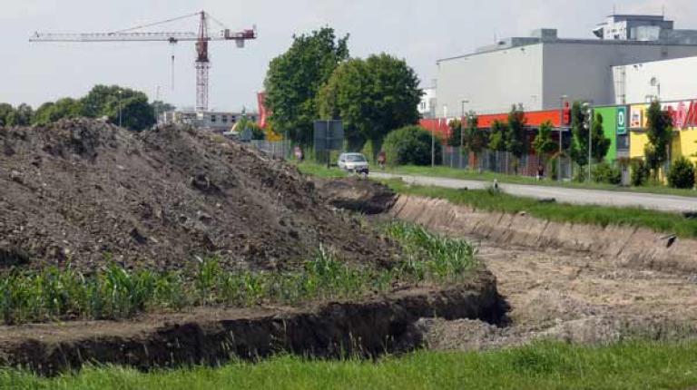 Pro Jahr werden in Bayern laut Bayerischem Staatsministerium für Umwelt und Verbraucherschutz rund 4.800 Hektar an Freifläche in Siedlungs- und Verkehrsfläche umgewandelt.