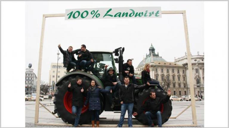 Während das EU-Parlament in Luxemburg über die zukünftige Agrarpolitik diskutiert, demonstrierten heute in München 58 junge Landwirtinnen und Landwirte, wie die Zukunft der Landwirtschaft in Bayern aussieht.