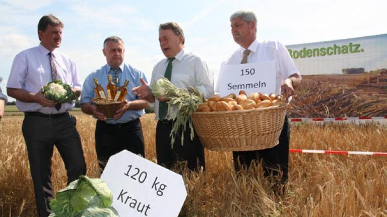 Boden ist unser größter Schatz! Auf zehn Quadratmetern Ackerland könnte jedes Jahr Brotgetreide für 150 Semmeln bzw. 7 Kilogramm Brot oder Braugerste für etwa 25 Liter Bier wachsen.