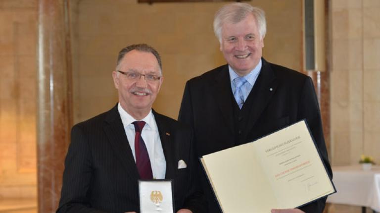 BBV-Ehrenpräsidenten Gerd Sonnleitner erhielt von Ministerpräsident Horst Seehofer das Große Verdienstkreuz.