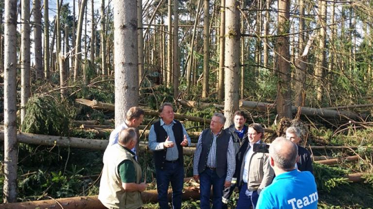 Der bayerische Landwirtschaftsminister Helmut Brunner besuchte am Wochenende die sturmgeschädigten Land- und Forstwirte im Landkreis Passau.