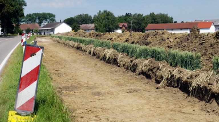 Es dürfen nicht einfach immer mehr landwirtschaftliche Flächen unter Teer und Beton verschwinden. Die Wiesen und Äcker sind Lebensgrundlage für uns alle – schließlich wachsen auf ihnen Lebensmittel und nachwachsende Rohstoffe, sagt BBV-Generalsekretär Hans Müller.