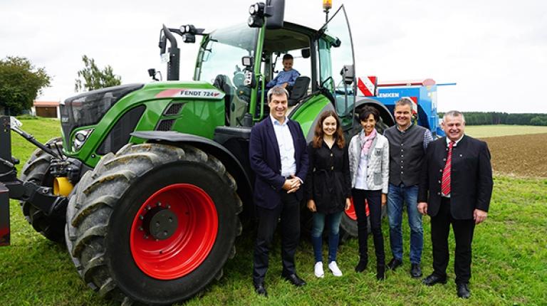 Zur Unterzeichnung des Digitalisierungspaktes kamen Minister Söder und Bauernpräsident Heidl auf den Hof von Familie Huber in Sulzemoos