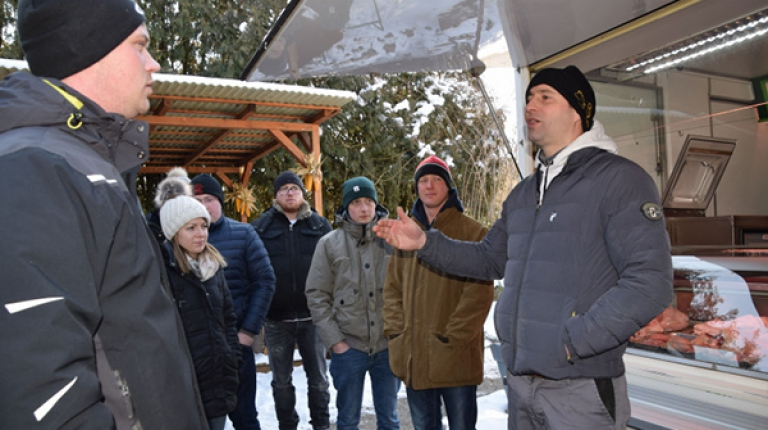 Stefan Dellinger (rechts) erläutert sein Betriebskonzept