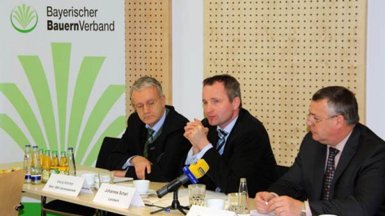 Landwirt Johannes Scharl (m.) mit Stellvertretendem Generalsekretär Georg Wimmer und BBV-Präsident Walter Heidl beim Neujahrspressegesräch 2015.