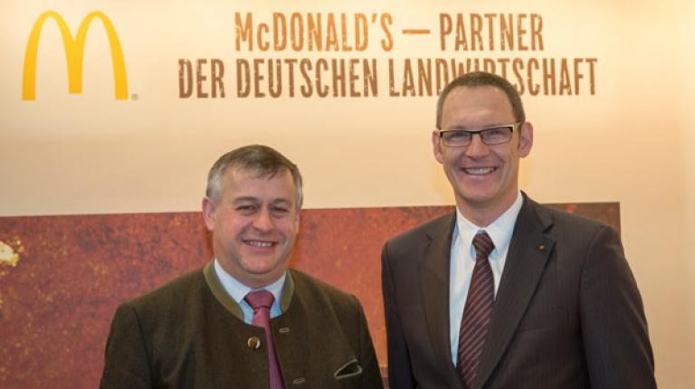 Rudolf Ringhofer, Senior Director Supply Chain & Quality Assurance bei McDonald's Deutschland im Austausch mit BBV-Präsidenten Walter Heidl