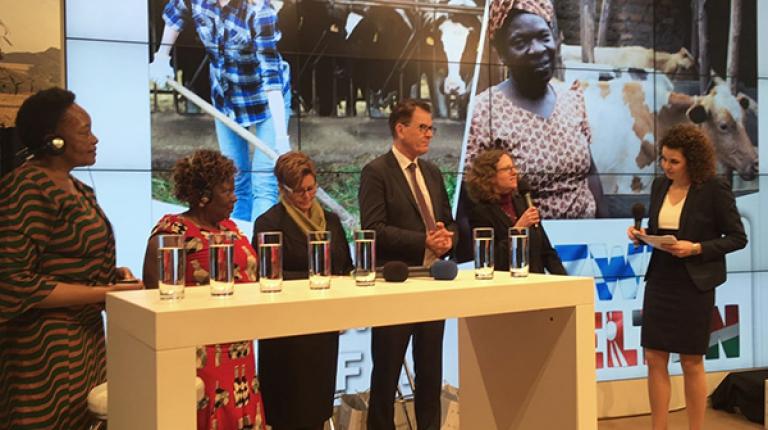 Auf der Grünen Woche sprechen die Landfrauen aus Bayern und Kenia gemeinsam mit Entwicklungshilfeminister Müller über das Projekt
