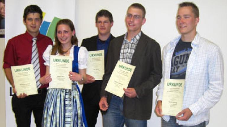 Die Sieger stehen fest: In der Sparte Landwirtschaft I erreichte Stefan Wohlfrom (4. v. l.) aus Reimlingen (Lkr. Donau-Ries) den ersten Platz, Johannes Kellner (1. v. l.) aus Tittmoning (Lkr. Traunstein) belegte den vierten Platz. Birgit Wörl (2. v. l.) aus Maisach (Lkr. Fürstenfeldbruck) belegte den fünften Platz.  Bild-Download in der Mediathek