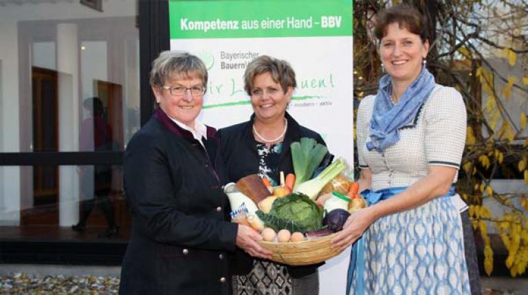 Anni Fries, erste stellvetretende Landesbäuerin, Landesbäuerin Anneliese Göller und die zweite stellvertretende Landesbäuerin Christine Singer (v. l.) empfehlen eine Ernährung aus regionalen und saisonalen Erzeugnissen.