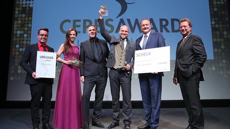 Glücklicher Gewinner: Der Gewinner in der Kategorie Ackerbauer Georg Mayerhofer (3 v.r.) wurde auch zum Landwirt des Jahres 2017 gewählt. Mit ihm auf der Bühne (v.l.): Michael Dörr (Landwirt des Jahres 2016), Moderatorin Susanne Schöne, Dr. Uwe Steffin (agrarheute), Joachim Rukwied (Präsident des Deutschen Bauernverbands und Schirmherr des CeresAward), Rainer Morgenstern (Deutz-Fahr).