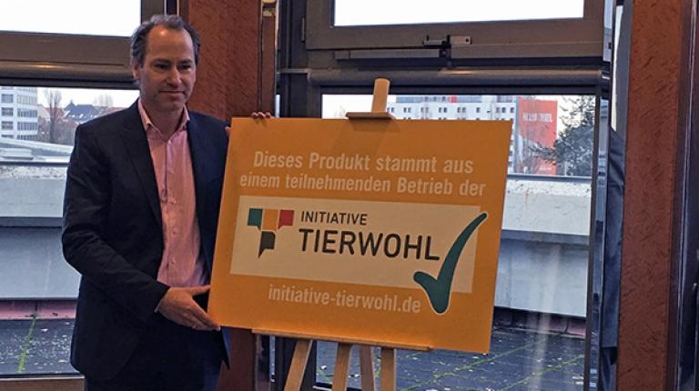 Dr. Alexander Hinrichs, Geschäftsführer der Initiative Tierwohl, stellte in Berlin das neue Produktsiegel vor
