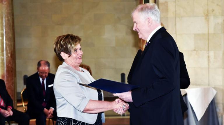 Landesbäuerin Anneliese Göller hat von Ministerpräsident Horst Seehofer hat das Bundesverdienstkreuz erhalten.