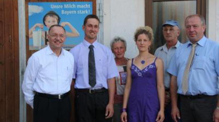 BBV-Präsident Sonnleitner auf dem Milchviehbetrieb der Familie Zeh und Kreisobmann Ernst Kettemann (v.l.n.r.)