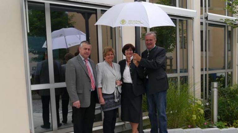 Einen Schirm für die Schirmherrin Christa Stewens überreichten BBV-Präsident Walter Heidl, BBV-Landesbäuerin Anneliese Göller und Stiftungsratsvorsitzender Max Weichenrieder.