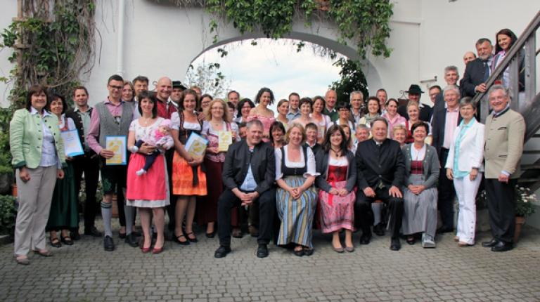 Alle geehrten der Verleihung des Goldenen Gockels 2017 stellten sich zum Gruppenbild auf.