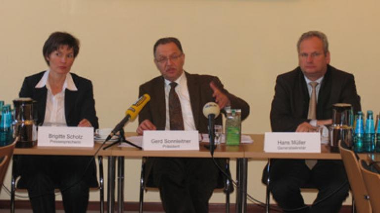 v.l.: Pressesprecherin Brigitte Scholz, Präsident Gerd Sonnleitner und Generalsekretär Hans Müller