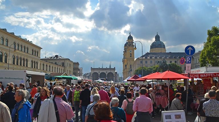 Starker Besucherandrang auf der Bauernmarktmeile vor der prächtigen Kulisse von Feldherrenhalle und Theatinerkirche