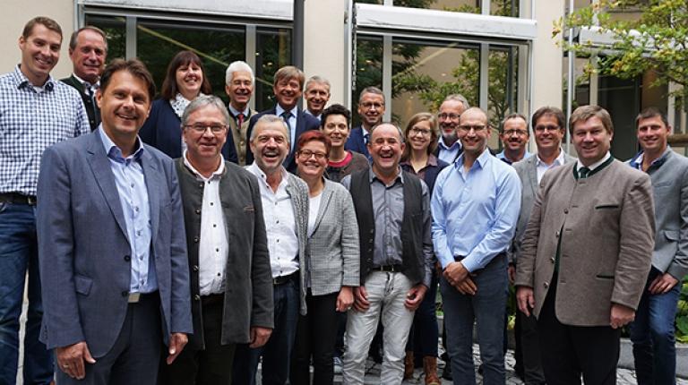 Neu besetzt: der Landesfachausschuss für Nachwachsende Rohstoffe und Erneuerbare Energien unter Vorsitz von Anton Kreitmair (vorne rechts) und Stellvertreter Ely Eibisch (vorne zweite von rechts)