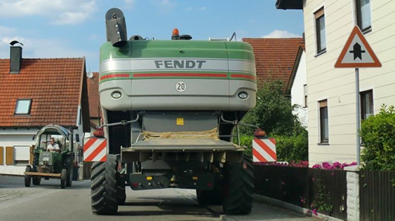 Beim Landtechniktag in Landshut werden grundlegende Sicherheitsstandards, Regeln und praktische Tipps zum angemessenen Verhalten und sicheren Fahren im Straßenverkehr vorgestellt
