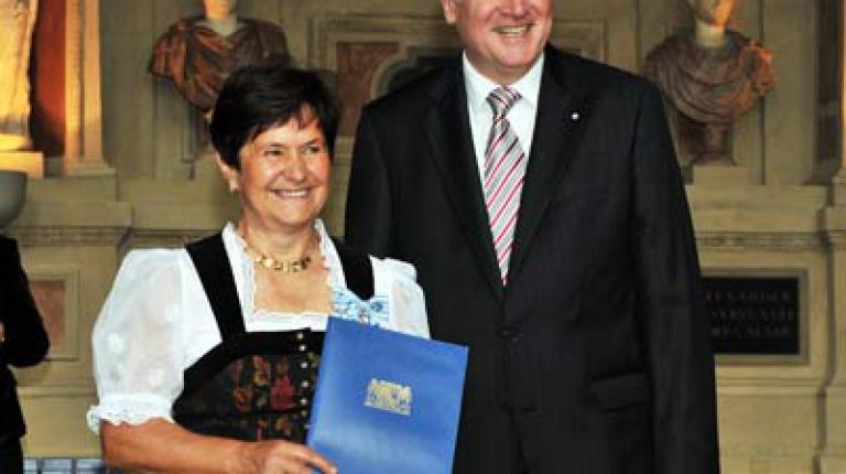 Christa Off mit Ministerpräsident Horst Seehofer  © Bayerische Staatskanzlei