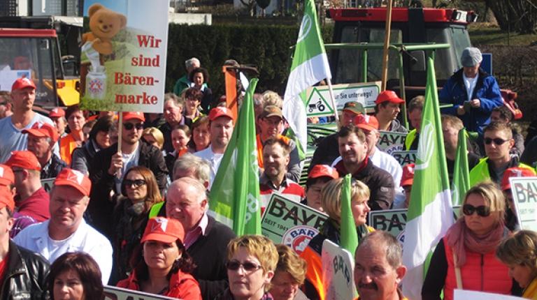 Der Konzern Hochwald Foods hatte angekündigt, das Bärenmarke-Werk in Weiding im Jahr 2018 schließen zu wollen - dagegen protestierten Bauern und Mitarbeiter