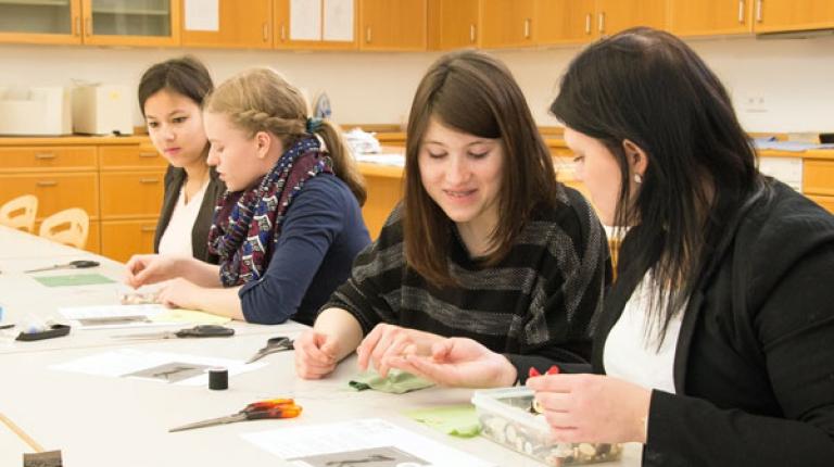 Praxisorientierung in der schulischen Ausbildung ist im Beruf zur Hauswirtschafterin gefragt.