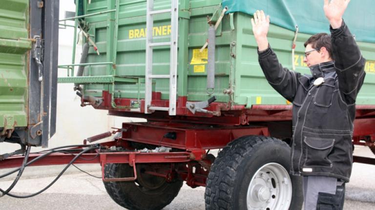 Die Teilnehmer Bundesentscheid der Landwirtschaft sind gefordert im Geschicklichkeitsfahren mit Schlepper und Anhänger.