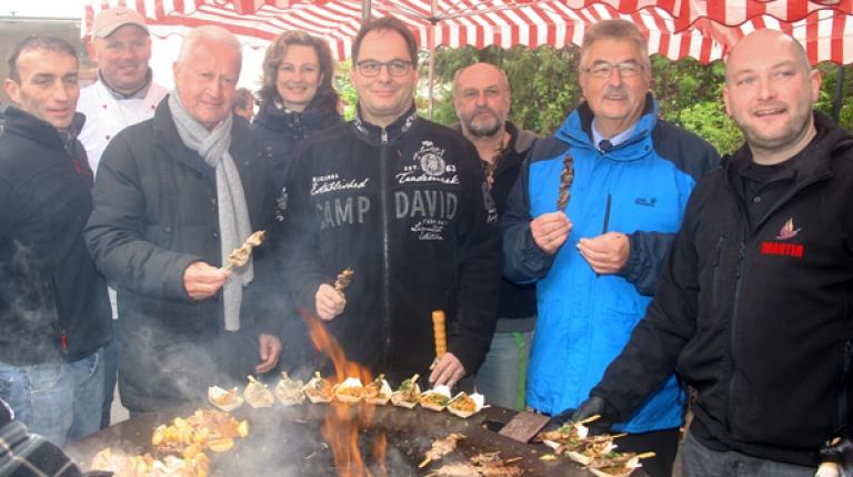 Martin Schulz hat heute gezeigt, dass man einfach alles auf den Rost legen kann – man muss nur wissen wie und das zeigte er bei der Grill-Aktion beim Bauernmarkt in Feucht.