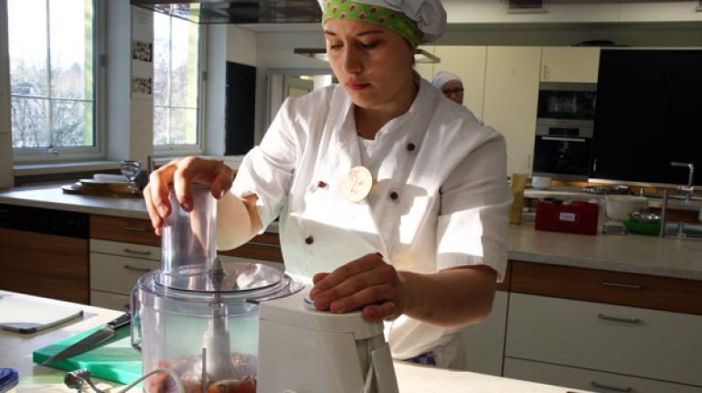 Die künftigen Hauswirtschafterinnen demonstrieren, wie sie Besucher bei einem Tag der offenen Tür zum Mitmachen bei verschiedenen hauswirtschaftlichen Tätigkeiten anregen können.