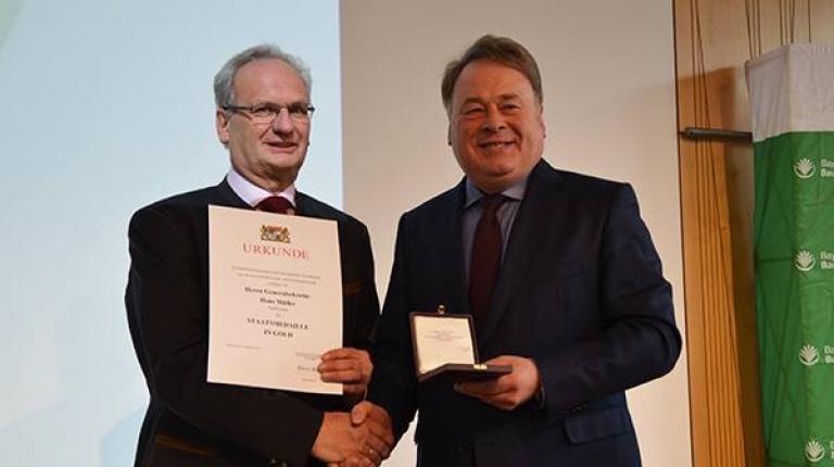Der bayerische Landwirtschaftsminister Helmut Brunner hat BBV-Generalsekretär Hans Müller mit der Staatsmedaille in Gold ausgezeichnet.