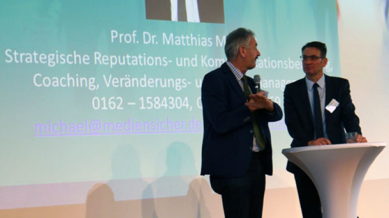 Der Kommunikationsprofi Prof. Dr. Matthias Michael (rechts) sprach auf der Erzeugerwoche mit BBV-Bezirkspräsident Gerhard Stadler (links) über das Image der Landwirtschaft