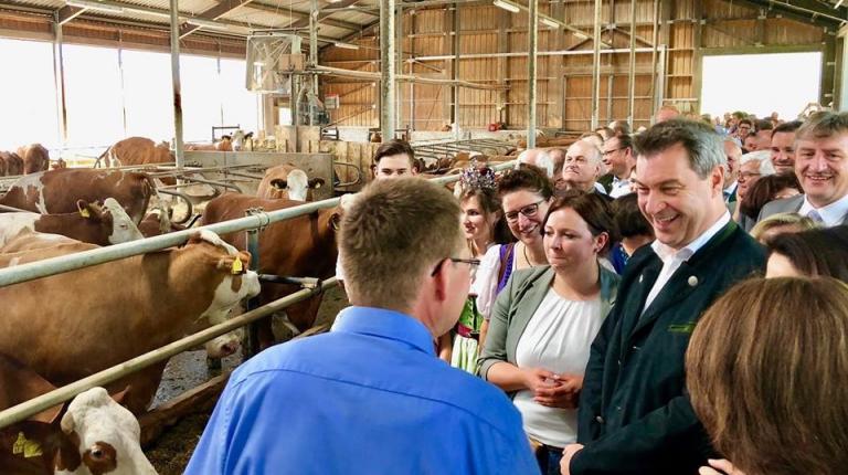 Ministerpräsident Dr. Markus Söder im Milchviehstall der Familie Brems in der Nähe von Eichstätt.