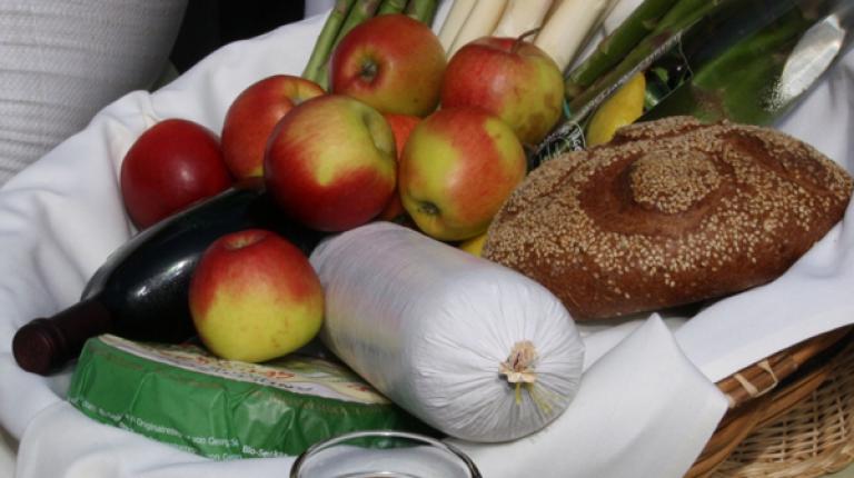 Frische Lebensmittel sollten nach dem Einkauf in geeignete Behältnisse umgepackt und im Kühlschrank gelagert werden.