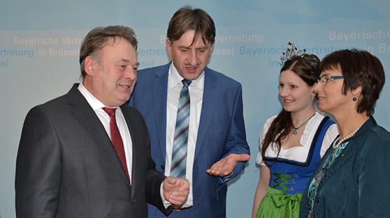 Milchpräsident Günther Felßner mit Minister Helmut Brunner, Milchprinzessin Eva-Maria Bäuml und Ulrike Müller (MdEP) in Brüssel.