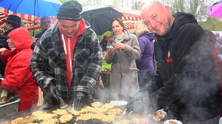 Der deutsche Vize-Grillmeister Martin Schulz grillt mit Bayerns Bauern auf dem Bauernmarkt im fränkischen Feucht