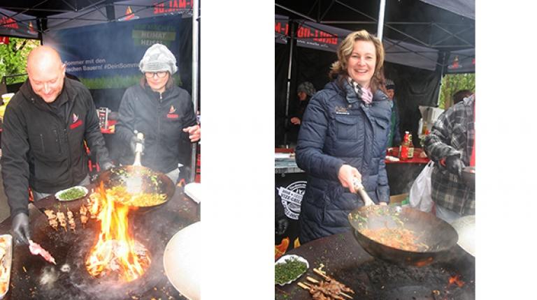 Martin Schulz und seine Frau Conny am Grill; Kreisbäuerin Marion Fischer grillt mit Wok auf dem Bauernmarkt in Feucht