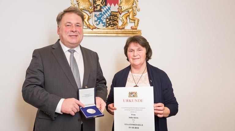 Staatsminister Helmut Brunner zeichnete die ehemalige oberpfälzische Bezirksbäuerin Stilla Klein mit der Staatsmedaille in Silber aus