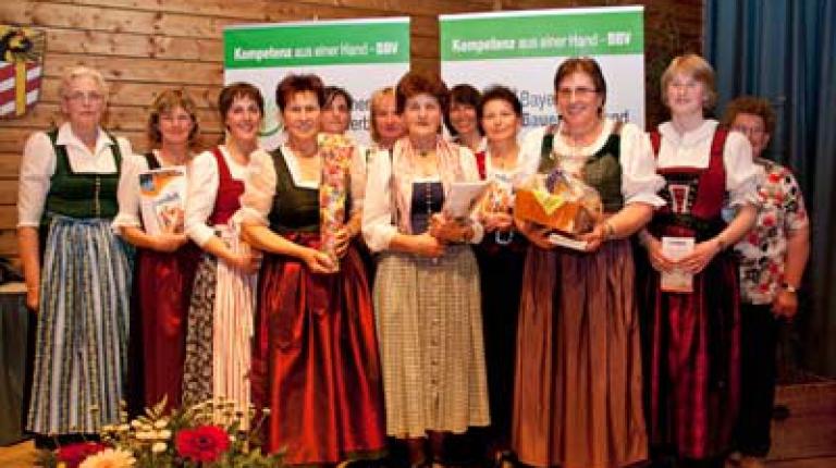 Landesbäuerin Annemarie Biechl (l.) ehrte die zwölf regionalen Siegerinnen aus den zwölf Landkreisen der Alpenregion. Frau Bernadette Silbernagl (Mitte) aus Fischbachau hat mit ihrer Goldtröpfchen-Torte den Käsekuchenwettbewerb des Milchfrühlings gewonnen.