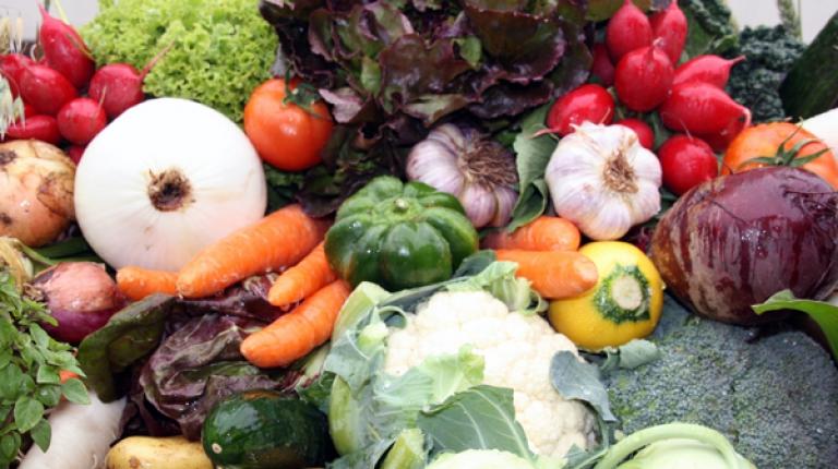 Nicht alle Obst- und Gemüsesorten mögen es kühl. Kälteempfindliche Sorten lagern am besten außerhalb des Kühlschrankes.